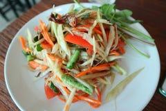 Somtum, пряная азиатская еда популярно с красочной папапайей стоковое изображение