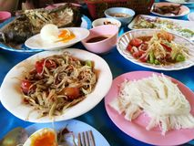 Somtum de nourriture et poissons thaïlandais de gril Photos stock