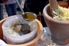SomTum eller sallad för papaya för thai matfrukt kryddig med den inlagda fisken Arkivfoto
