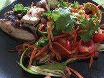 SomTum fait maison avec le poulet grillé Photo stock
