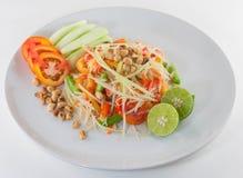 SomTum Isan, thailändsk papayasalladserve med grönsaker Royaltyfri Fotografi
