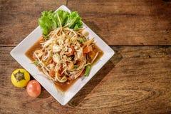 Somtum, melonowiec sałatka z garnelą, korzenny Tajlandzki karmowy naczynie Zdjęcie Stock