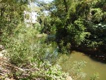 Son apartament est devant la rivière images stock