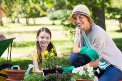 Son de fille jardinage heureux blond et Photographie stock libre de droits