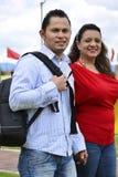 Son estudiantes de una American National Standard de los pares, ellos caminan en el parque Imagenes de archivo