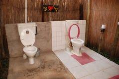 Son et le sien toilettes extérieures Photo libre de droits