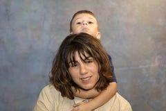 son för 2 moder Royaltyfria Bilder