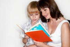 son för bokmoderavläsning fotografering för bildbyråer