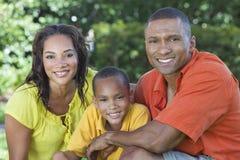 Son för fader för afrikansk amerikanfamiljmoder utanför Arkivfoto
