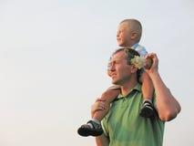 son för faderholdingskulder Royaltyfria Bilder