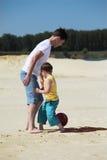 son för sand för faderfotbollspelrum royaltyfri foto