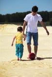 son för sand för faderfotbollspelrum arkivbild