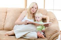 son för sofa för bokmoderavläsning sittande arkivbild