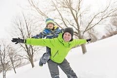 And Son In för trevlig fader snöig landskap arkivfoton