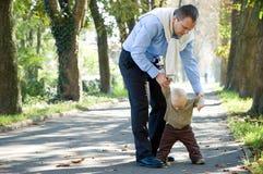 son för park för höstfader utomhus- Arkivfoto