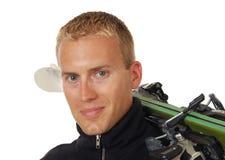 son homme au-dessus des skis d'épaule Images stock