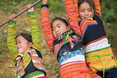 Son La,越南- 2016年1月13日:使用在操场的传统衣裳的种族H ` mong孩子在H ` mong新年holid期间 免版税库存图片