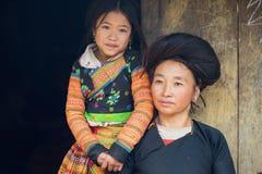 Son La,越南- 2016年1月13日:H ` mong母亲和她的女儿在他们的房子前面在Ta Xua种族村庄, Bac画象  库存图片
