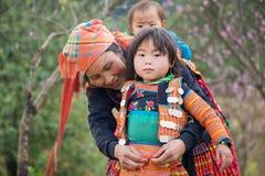 Son La,越南- 2016年1月13日:H ` mong穿有她的母亲的女孩孩子传统衣裳在Ta Xua村庄, Bac日元区 图库摄影