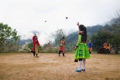 Son La, Vietnam - 13 gennaio 2016: Bambini etnici del mong del ` di H in vestiti tradizionali che gettano la palla di raggiro - i Immagine Stock Libera da Diritti