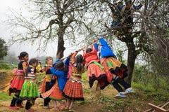 Son La, Vietnam - 13 gennaio 2016: Bambini etnici del mong del ` di H in vestiti tradizionali che giocano sul campo da giuoco dur Fotografia Stock