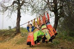 Son La, Vietnam - 13 gennaio 2016: Bambini etnici del mong del ` di H in vestiti tradizionali che giocano sul campo da giuoco dur Fotografie Stock