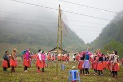 Son La, Vietnam - 14 janvier 2016 : Personnes ethniques de mong de ` de H dans des vêtements traditionnels jetant la boule d'escr Images stock