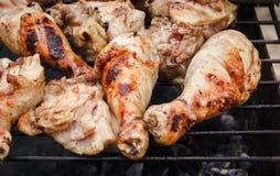 Son los palillos de Chiken de la parrilla en la rejilla con el humo, Fried Meat, cocinando afuera, comida campestre con la barbac Fotos de archivo