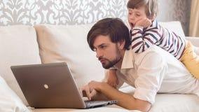Son och farsa som tillsammans arbetar lager videofilmer