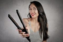 Son straitener préféré de cheveux Photographie stock