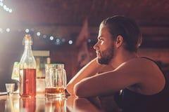 Son toujours meilleur de boire dans la modération Buveur d'homme dans le bar Intoxiqué d'alcool avec la tasse de bière Bière bell photographie stock libre de droits