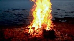 Son Vingt-neuf 29 secondes de feu ou de feu de camp pour le thème de Guy Fawkes par une eau superficielle au crépuscule