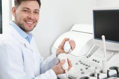 Sonda della macchina di ultrasuono della copertura di ecografista con il gel fotografie stock libere da diritti