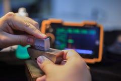 Sonda di angolo di calibratura del rivelatore ultrasonico con il blocco d'acciaio standard fotografie stock libere da diritti