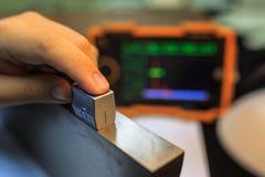 Sonda di angolo di calibratura del rivelatore ultrasonico con il blocco d'acciaio standard immagini stock