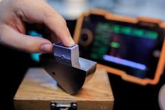 Sonda di angolo di calibratura del rivelatore ultrasonico con il blocco d'acciaio standard fotografie stock