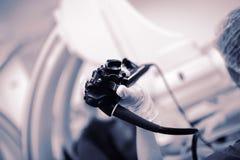 Sonda di endoscopia nella mano del ` s di medico durante la procedura fotografie stock libere da diritti