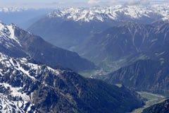 Sondalo ed alta antenna di Valtellina, Italia Fotografia Stock Libera da Diritti
