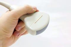 Sonde abdominale convexe d'ultrason dans la main gauche photographie stock