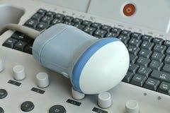 Sonde volumétrique de l'ultrason 3D/4D placée sur le clavier sur la machine moderne d'USG Photos libres de droits