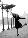 Sonderbare Blondine mit Regenschirm Lizenzfreies Stockfoto