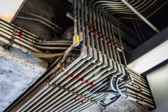 Sonderbare Winkel von elektrischen Rohren nahmen in Schwarzweiss gefangen stockbild