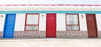 Motel mit den roten und blauen Türen lizenzfreies stockbild