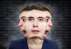 Sonderbares Porträt des mehrfachen Gesichtsmannes über Wandhintergrund Lizenzfreie Stockfotografie