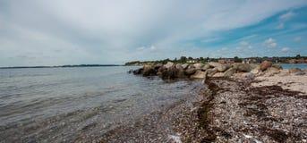 Sonderborg,与沐浴客人的丹麦海滩 图库摄影