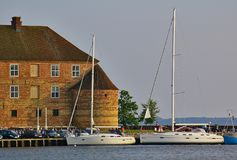 Sonderborg,丹麦- 2012年-两7月5日,大豪华航行游艇停泊了在码头在前面o的Sonderborg市港口 库存图片