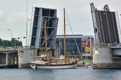Sonderborg, Дания - 5-ое июля 2012 - традиционное 2-masted парусное судно проходя раскрытый drawbridge короля Кристиана X в downt Стоковые Фотографии RF