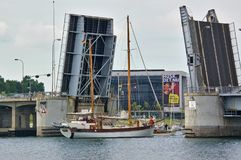 Sonderborg, Dinamarca - 5 de julio de 2012 - velero de dos palos tradicional que pasa el puente levadizo abierto de rey Christian Fotos de archivo libres de regalías