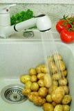 Sonderkommando in den Küche â Kartoffeln in der Abwaschschüssel Stockbilder