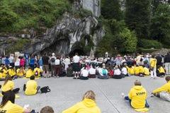 Sonderkommando der Assistenten zur heiligen Masse in Lourdes France lizenzfreie stockfotos